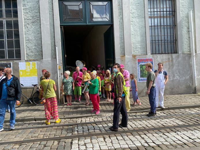 De fanfare verlaat het Pand in de Langesteenstraat