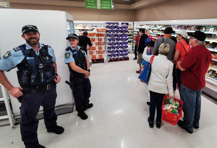 In deze supermarkt in Sydney wordt er weer een nieuwe lading aangevoerd voor wachtende klanten.