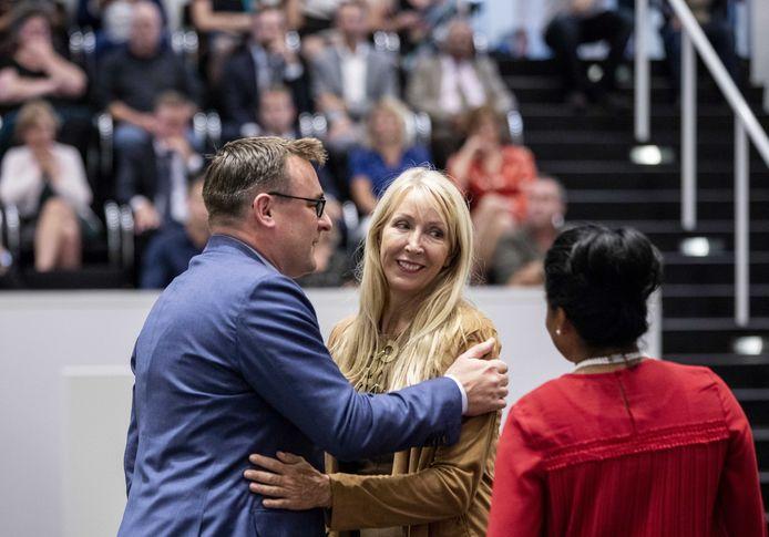 De partijen van wethouder Richard de Mos  (Groep de Mos, links) en  wethouder Van Tongeren (GroenLinks. midden)  vliegen elkaar weer in de haren.