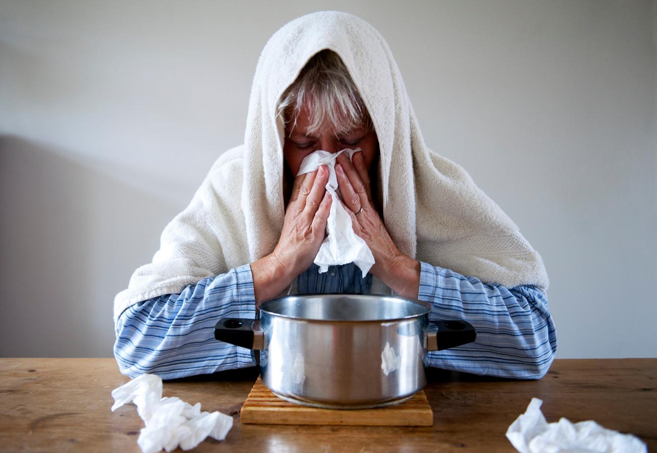 Foto ter illustratie: Een vrouw met griep stoomt.