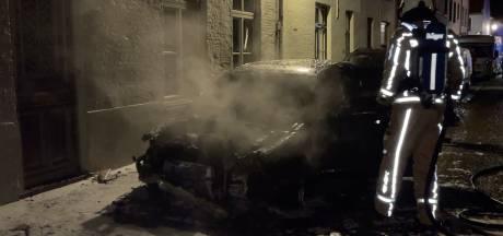 Auto gaat in vlammen op, naastgelegen woning gevrijwaard