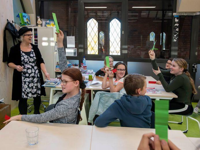 Kinderboekenschrijfster Marloes Morshuis tijdens de klimaatquiz op basisschool Torenlei in Esbeek.