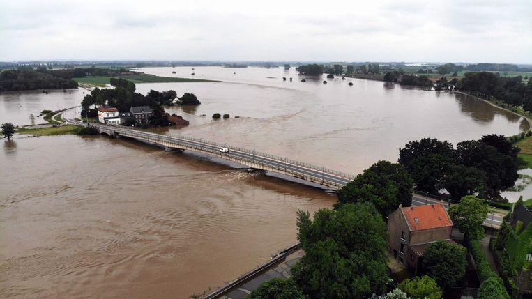 Rivier de Maas ter hoogte van Maaseik, België. Ook volgende week zullen de gevolgen van de piektoevoer uit Duitsland en België nog zichtbaar zijn.  Beeld AFP