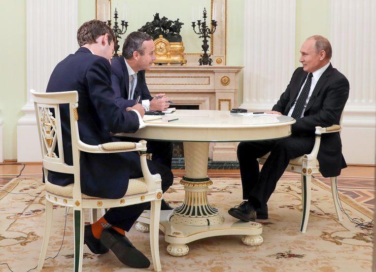 Lionel Barber (m.) en Rusland-correspondent Henry Foy interviewen Vladimir Poetin in het Kremlin. Beeld Mikhail Klimentyev/TASS
