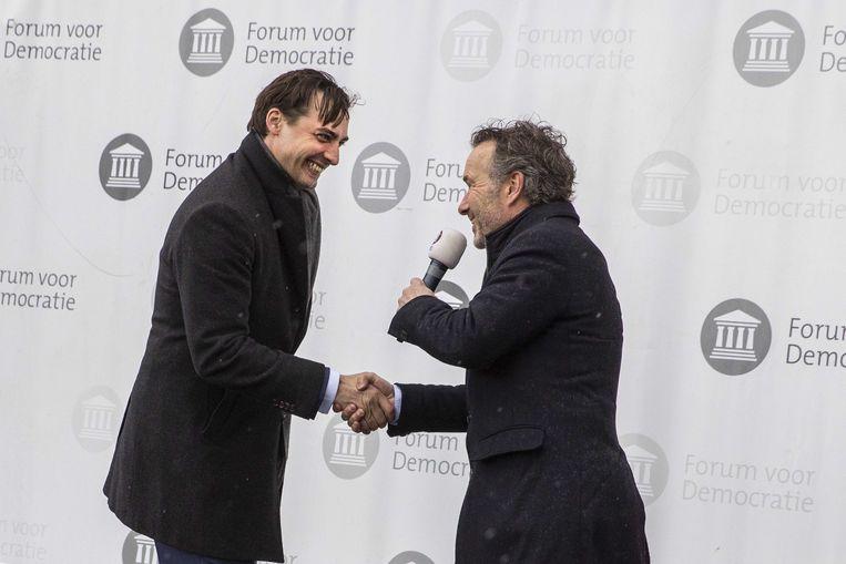 Partijleider Thierry Baudet en Wybren van Haga van Forum voor Democratie schudden elkaar de hand tijdens een verkiezingscampagne op het Veenmarktplein in aanloop naar de Tweede Kamerverkiezingen. Beeld ANP