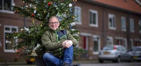 Tientallen kerstbomen brengen wijk Noordveen nog steeds gezelligheid in lockdown, terwijl gezinnen ze uitbundig versieren