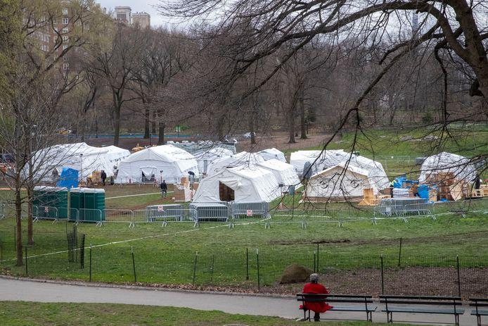 Un hôptial de fortune en construction dans Central Park, à New York.