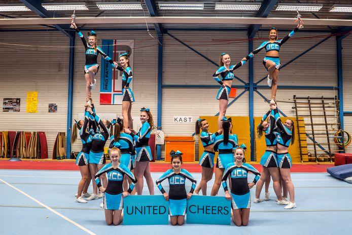 Cheerleaders UCC met de gewonnen bekers.