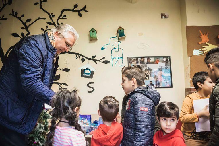 Prins Laurent deelt cadeautjes uit aan de kinderen in het fedasil te Sint-Truiden.