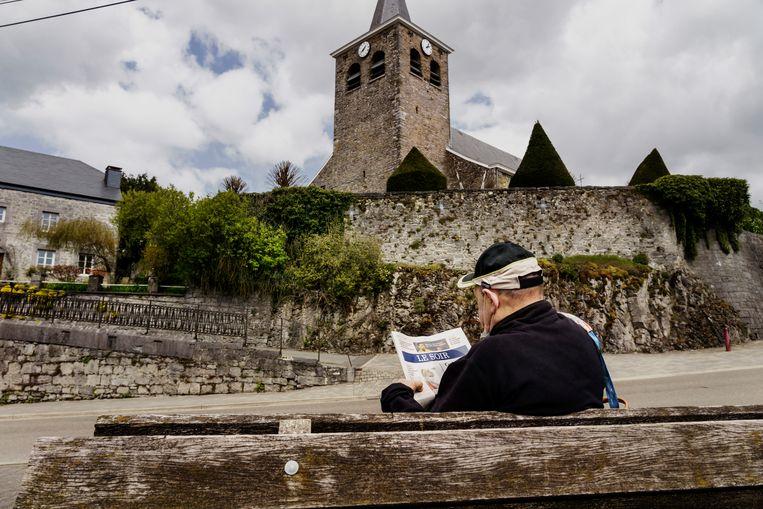 Een inwoner van Sprimont leest 'Le Soir.' De krant was vorig jaar na 'De Morgen' de sterkste stijger in het Belgische krantenlandschap. Beeld © Eric de Mildt