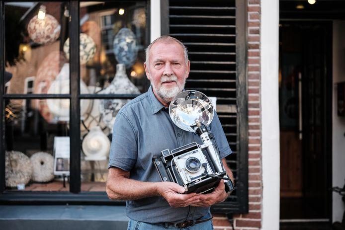 Roel Fokken voor zijn museumwinkel in Doesburg.
