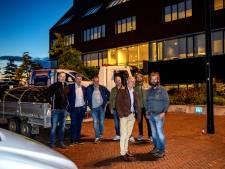Bedrijfswagens bezetten parkeerplaats bij gemeentehuis Olst-Wijhe: 'Als de gemeente niets doet, trekken bedrijven weg'