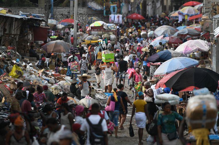 Inwoners zondag op een markt in de Haïtiaanse hoofdstad Port-au-Prince.  Beeld AP