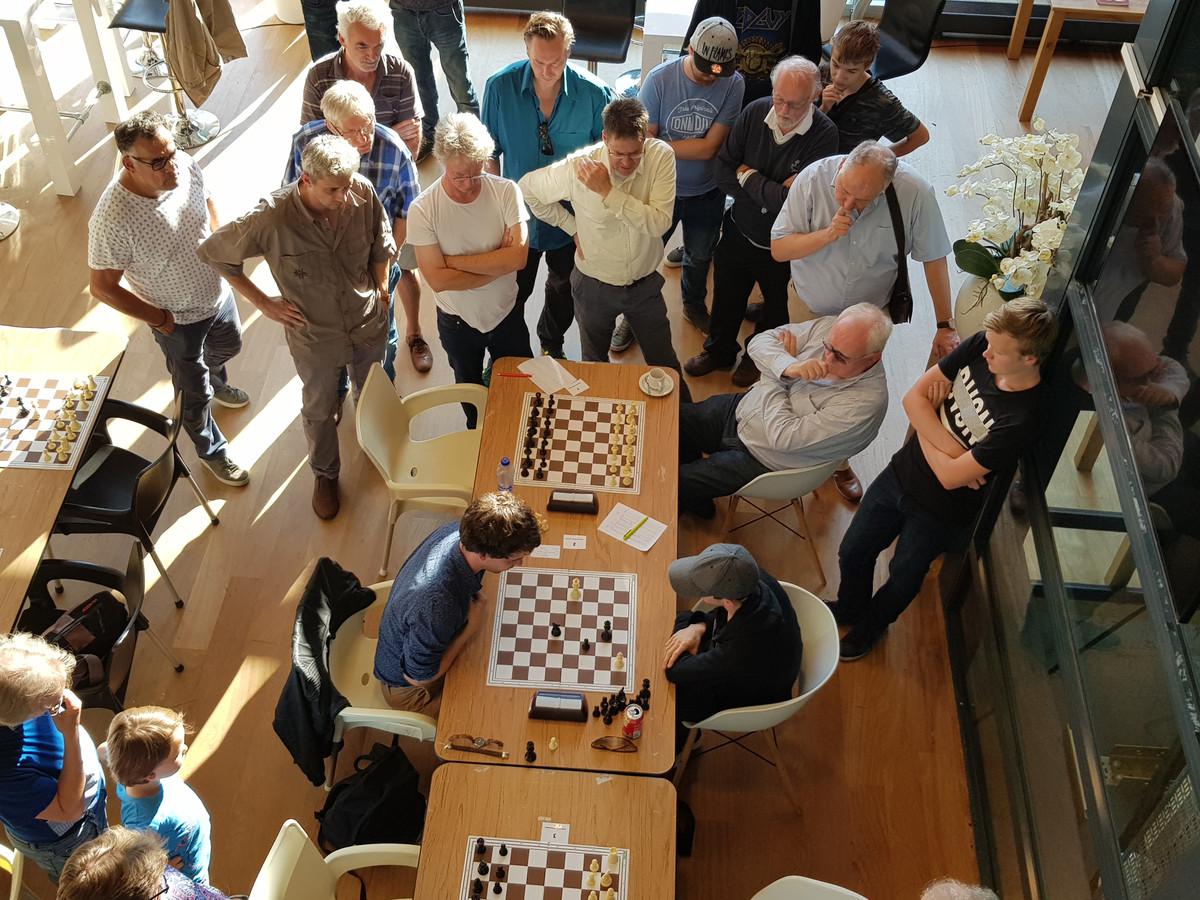 De laatste zetten van Nico Zwirs (l) en Jeffrey van Vliet bij het Open Arnhems schaakkampioenschap.