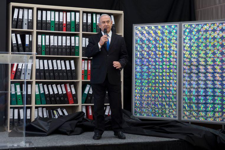 Israëlisch premier Benjamin Netanyahu presenteert geheime Iraanse documenten die volgens hem bewijzen dat Iran stiekem verder werkt aan nucleaire wapens. Beeld AP