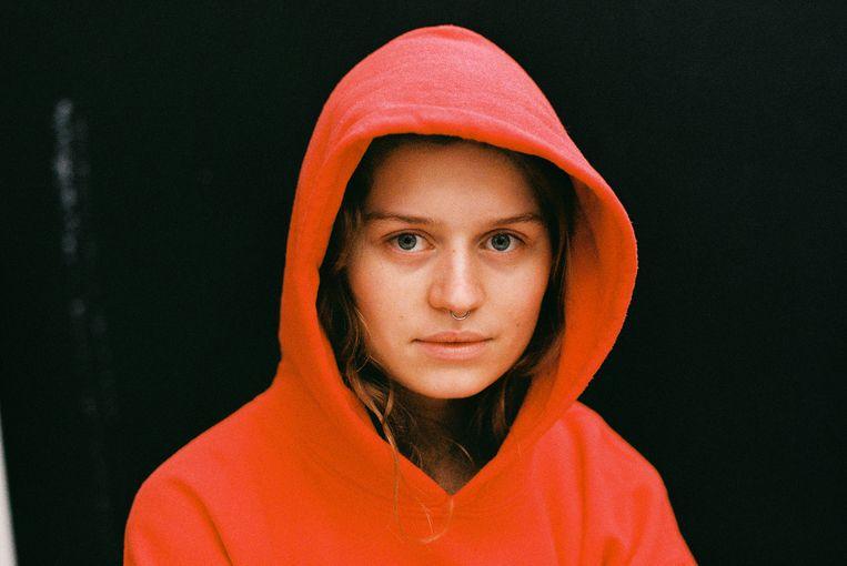Girl in red. Beeld