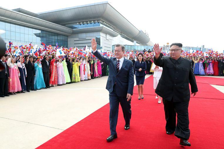 De Noord-Koreaanse leider Kim Jong Un en zijn vrouw Ri Sol Ju verwelkomen de Zuid-Koreaanse president Moon Jae-in en diens vrouw Kim Jung-sook tijdens een ceremonie op het vliegveld van Pyongyang. Beeld AP