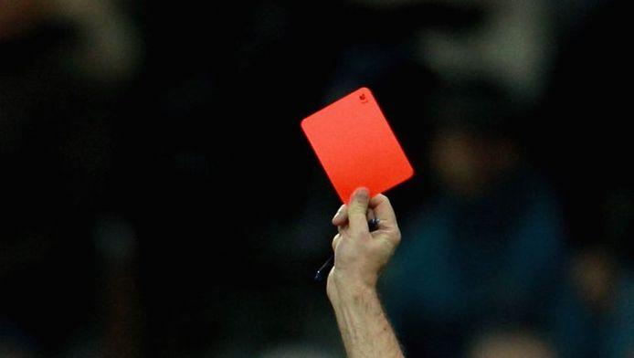 De vechtpartij brak uit nadat een speler met een rode kaart van het terrein werd gestuurd.