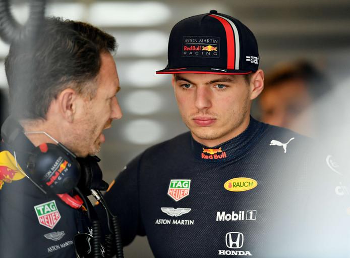 Max Verstappen in gesprek met teambaas Christian Horner.
