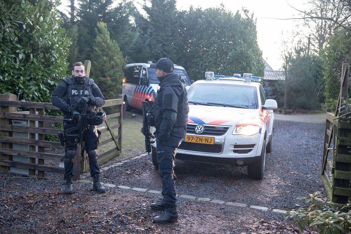 Zwaarbewapende agenten bewaken de inrit naar een boerderij in het buitengebied van Eemnes na de ontdekking van een professioneel lab voor de productie van crystal meth, begin dit jaar.