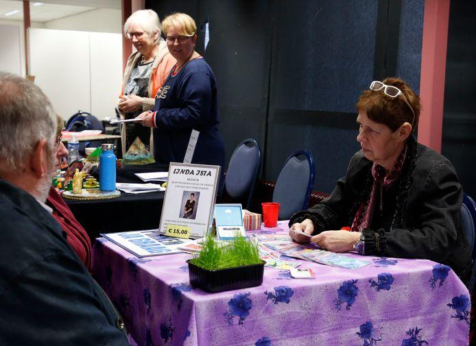 """Medium Linda Ista (rechts) werkt met zelfgemaakte tarotkaarten. ,,Trek je een paarse, dan pieker je veel."""""""
