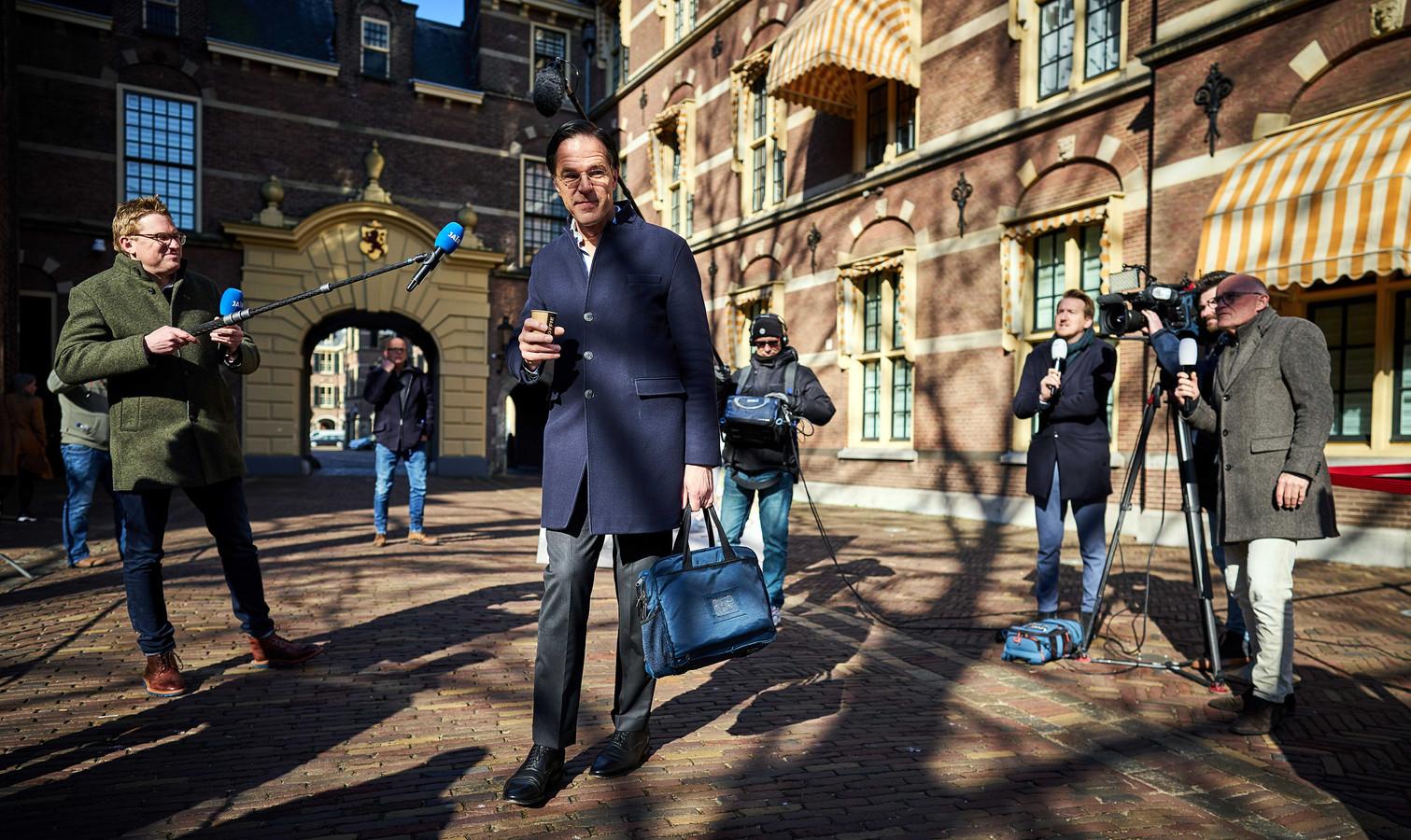 Demissionair minister-president Mark Rutte (VVD) komt aan op het Binnenhof voor een corona-overleg.
