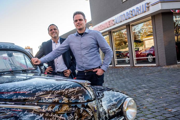 Joris en Joep Vingerhoets voor hun autobedrijf  in Bladel.