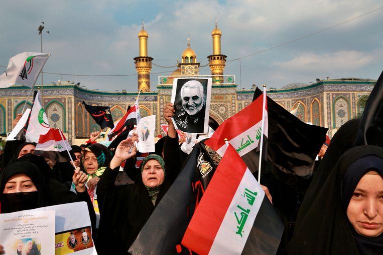 Sjiitische demonstranten in Karbala na de Amerikaanse luchtaanval die Generaal Soleimani fataal werd.  Beeld AP