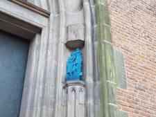 Deuren Onze Lieve Vrouwe-toren vanaf vandaag geflankeerd door bronzen beelden