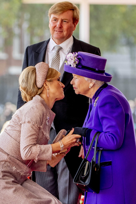 Máxima en Willem-Alexander diep door de knieën om The Queen te zoenen