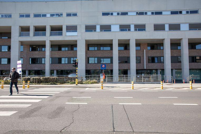 In het Truiense Sint-Trudo Ziekenhuis stierven al vijf patiënten. Beeld Karolien Coenen