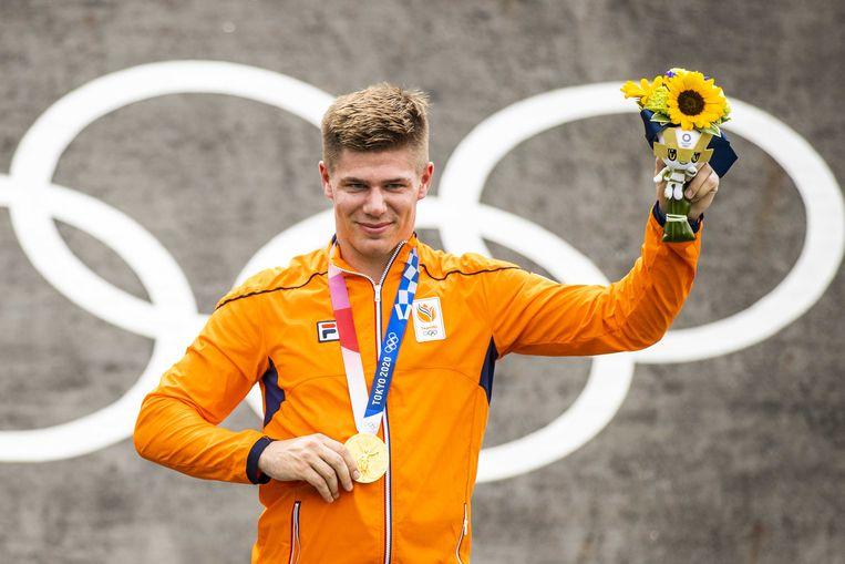 Olympisch kampioen Niek Kimmann op het erepodium met de gouden medaille om zijn nek, na een voorbereiding waarin hij een forse knieblessure opliep en een chaotische slotdag. Beeld ANP