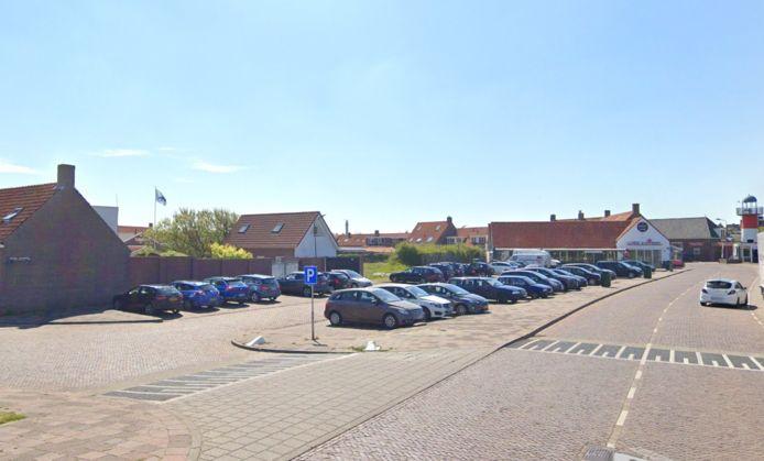Het Abraham Calandplein in Westkapelle. Daar moet pas vanaf 2023 betaald worden om te parkeren.