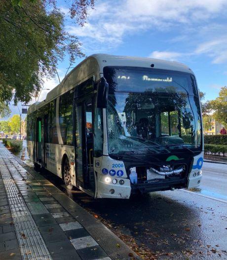 Automobilist kijkt niet goed uit en klapt vol op stadsbus in Putten
