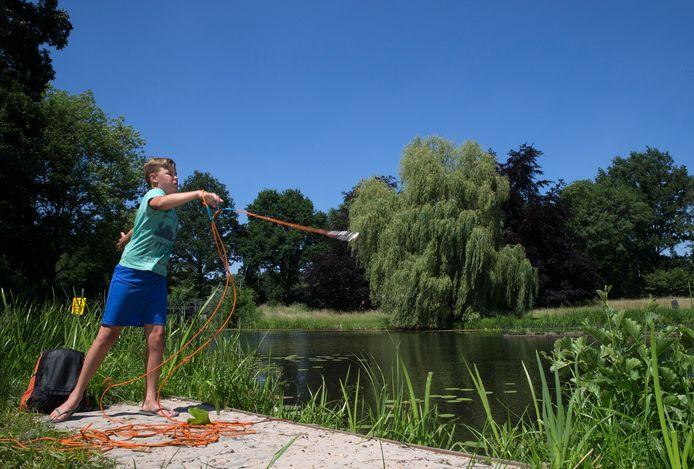 Ronan Tilstra probeert het als magneetvisser op sportpark Zuid.