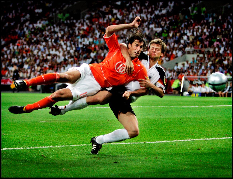 Ruud van Nistelrooy in duel met Christian Wörns.