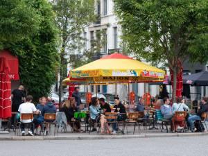 """Terrassen open op 8 mei, Antwerpen is er klaar voor: """"Veel mensen willen buiten zitten, zelfs met paraplu"""""""