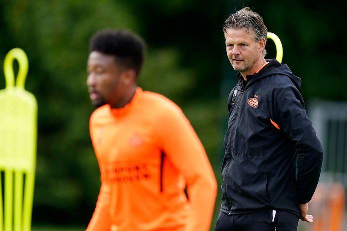 Peter Uneken analyseert de training van Jong PSV. De trainer staat ook komend seizoen voor de groep.