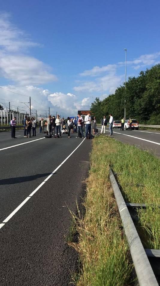 Buspassagiers wachten op de A4