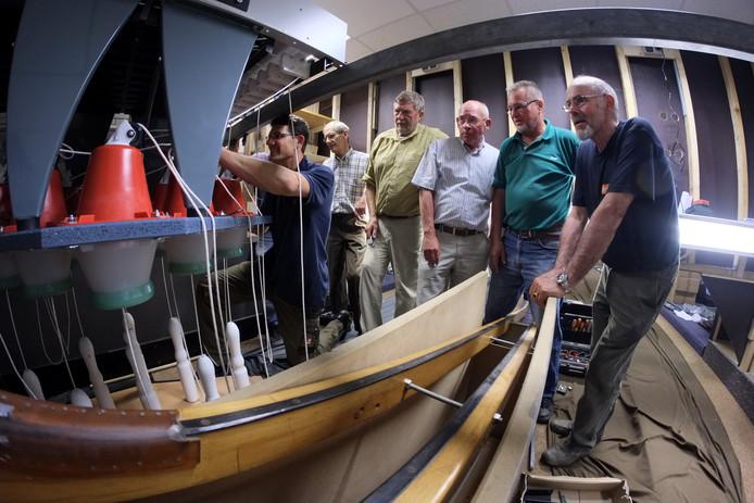 Vrijwilligers van Stichting Kegelsport Doesburg zien in 2013 niet alleen hoe medewerkers van het bedrijf Spellmann uit het Duitse Laatzen de opzetmachine installeren, ze helpen ook mee.
