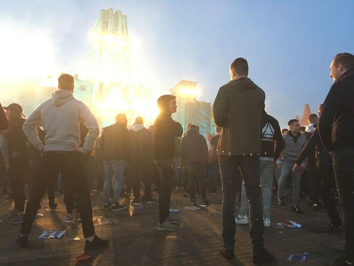 Even wachten tot de beat weer op volle kracht invalt tijdens het Rebirth festival in Haaren.