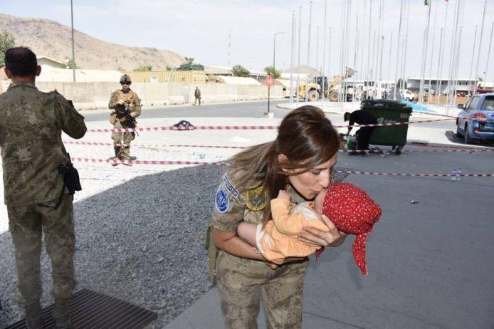 Turkse soldaten ontfermen zich over een Afghaanse baby.