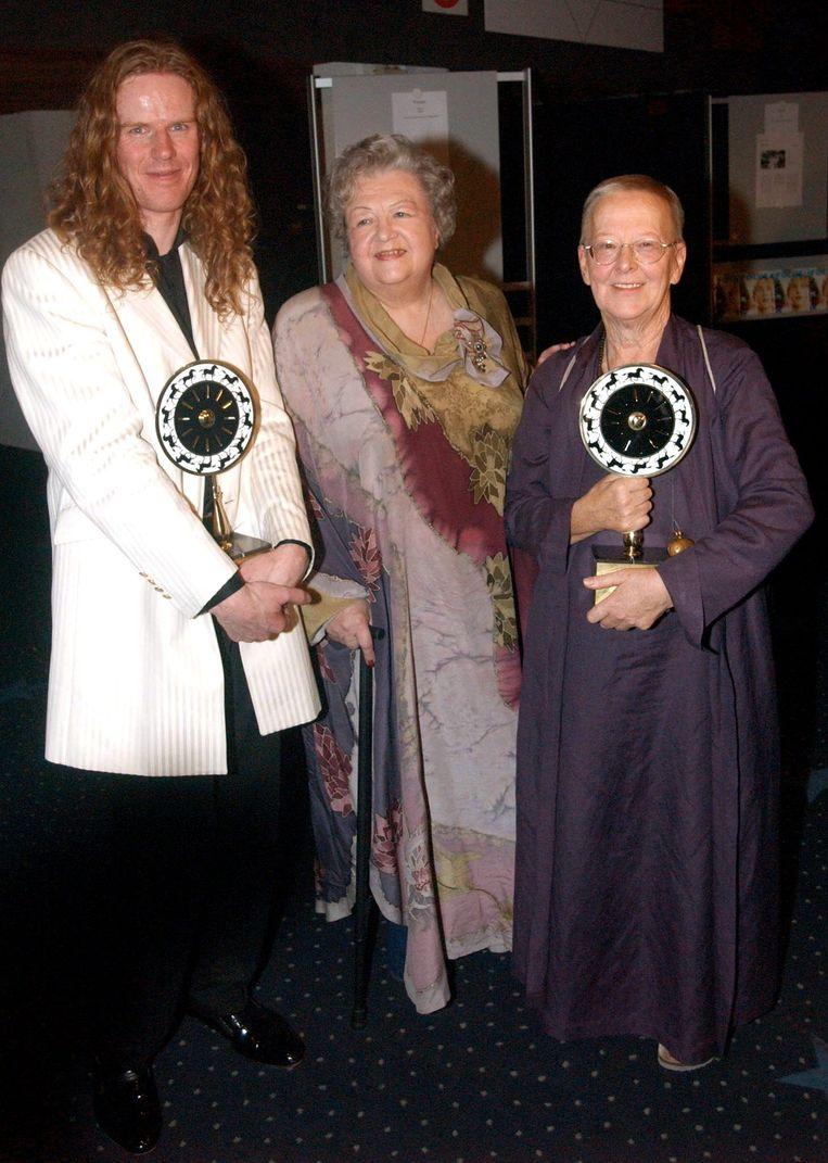 Dora van der Groen (rechts) met wijlen Ann Petersen en Pauline- en Paulette-regisseur Lieven Debrouwer in 2001. Beeld BELGA