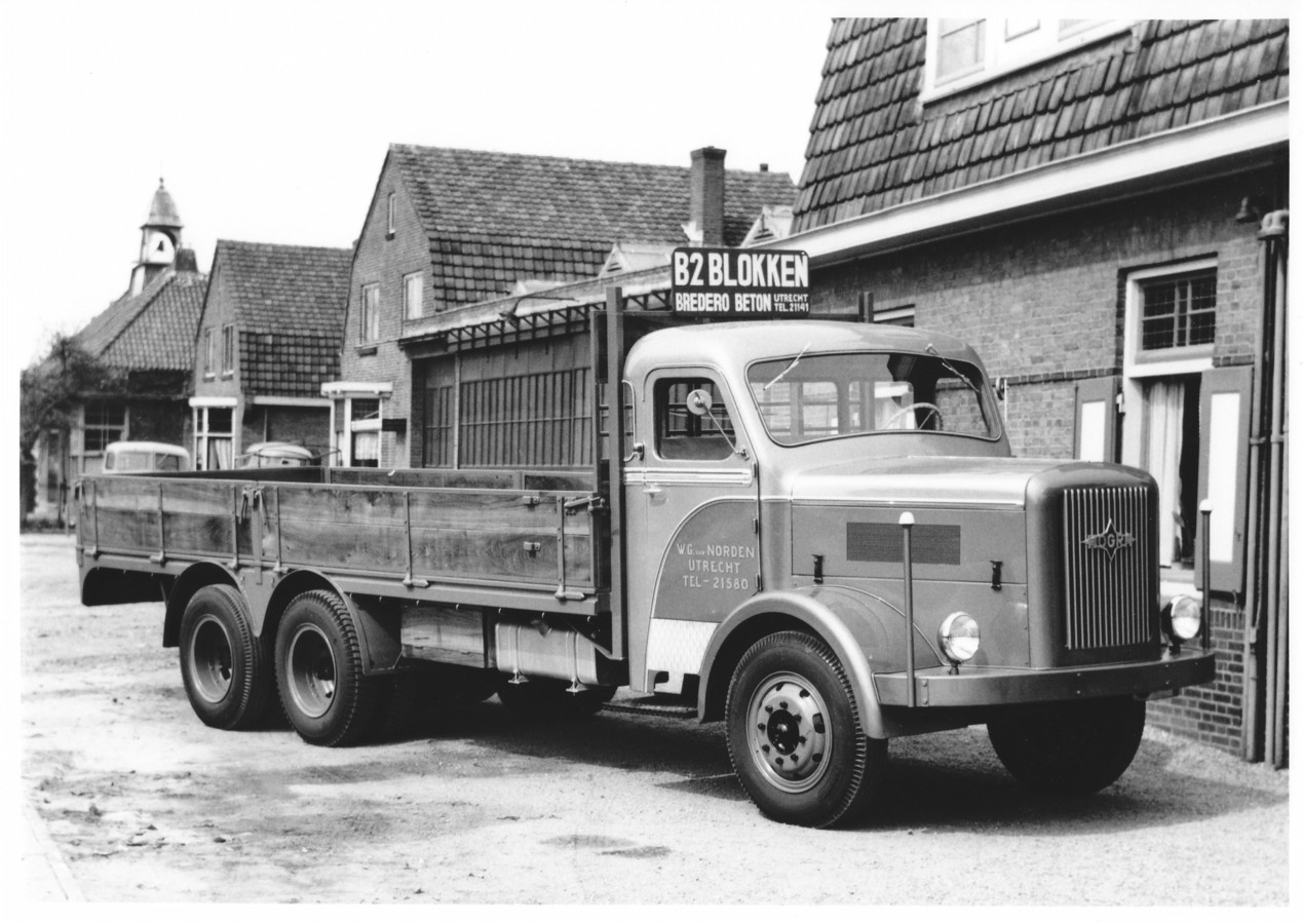 Deze 3-assige Hogra H10-S100 uit 1958 was eigendom van W.G. Van Norden uit Utrecht. Het bedrijf transporteerde holle betonblokken voor de bouw. Deze foto is gemaakt in Breukelen.