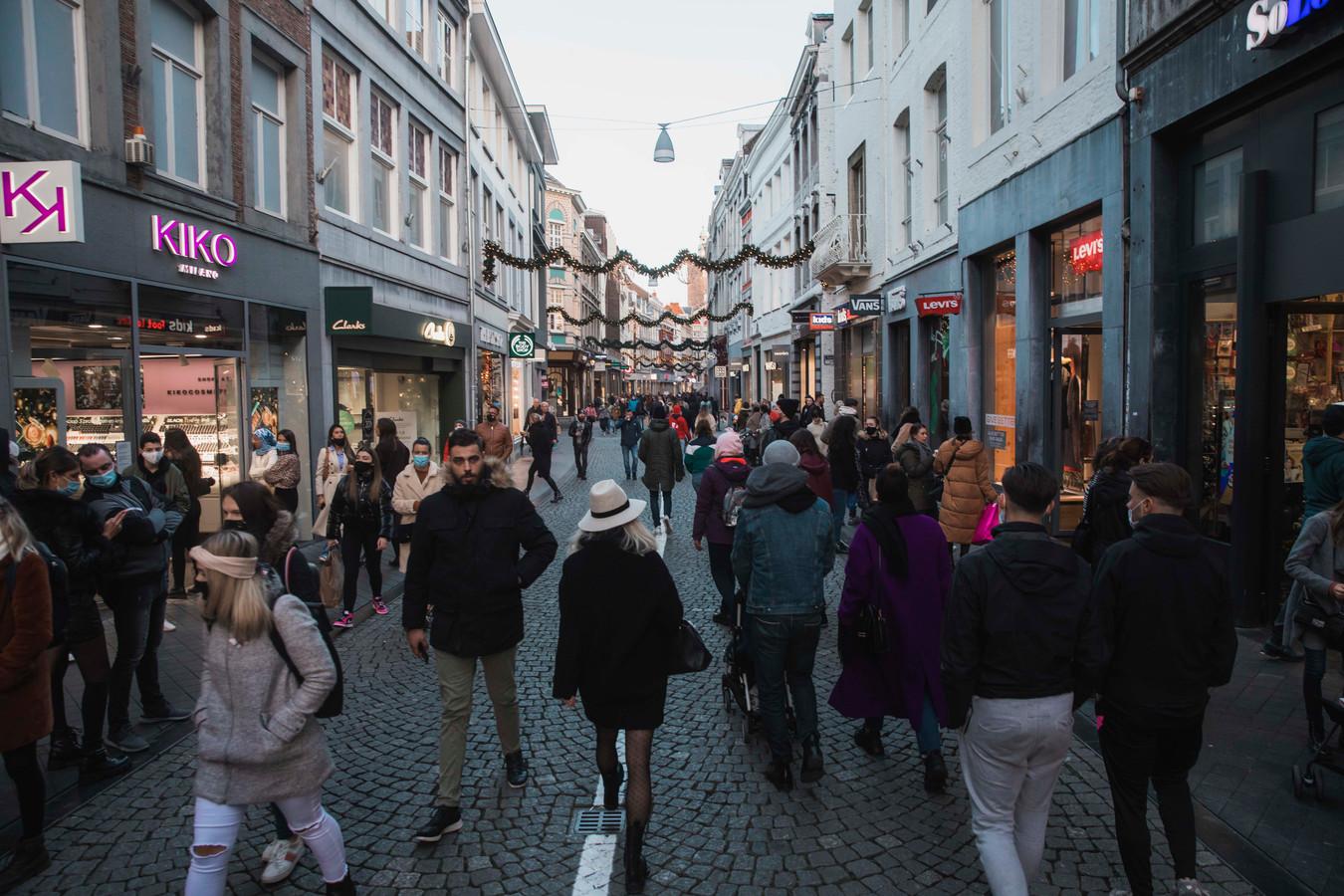 Belgen gingen vandaag massaal winkelen in Maastricht, waar geen mondmaskerplicht geldt.