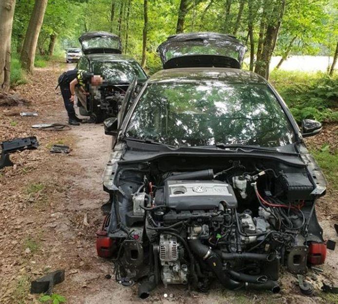 Twee gestripte auto's in de Loonse en Drunense Duinen.