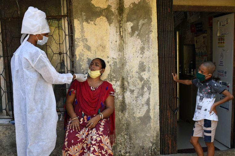 Een gezondheidswerker aan de slag in Mumbai, India. Beeld Photo News