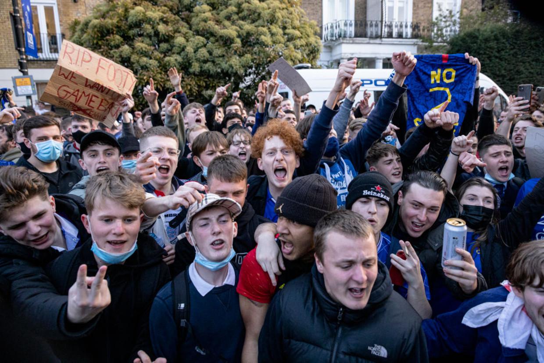 Chelsea-fans vieren dat hun club zich terugtrekt uit de Super League. Beeld Getty Images
