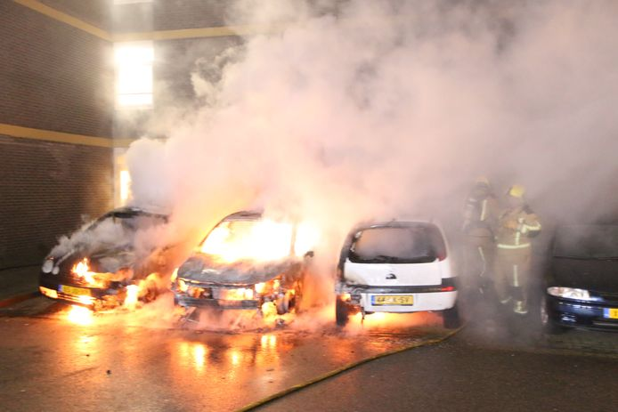 Drie auto's stonden in lichterlaaie.
