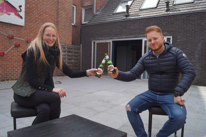 Laura en Michiel op het dakterras van de Pièce Unique. De meubels zijn nog onderweg, maar met wat geluk kan het terras openen op 8 mei.